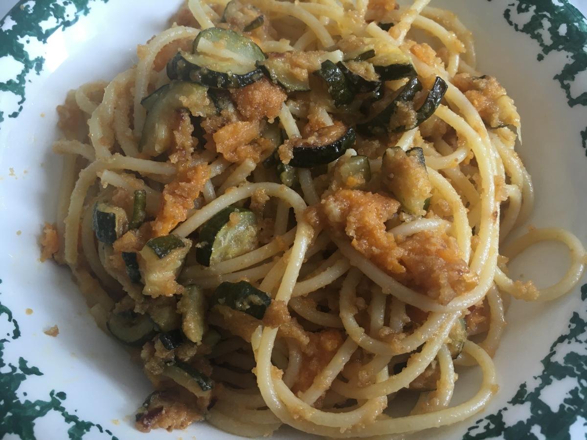 Spaghetti zucchine e albicocche